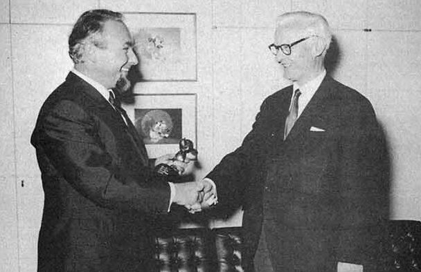 Disney-Generaldirektor O.B. Johnson (rechts) beim damaligen Geschäftsführer des Ehapa Verlags, Horst Mössler (links)