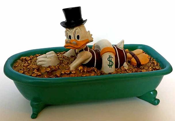Dagobert schwimmt in Badewanne voll Geld